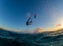 surfista haciendo un giro en el aire