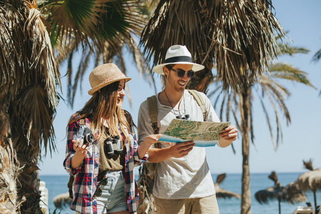 Turistas perdidos en la playa Foto gratis