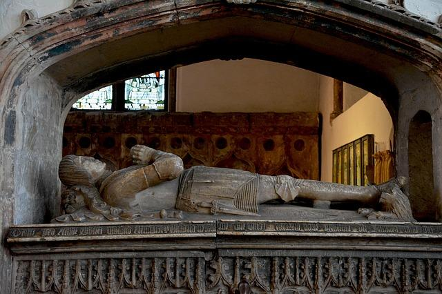 Una estatua de una chimenea Descripción generada automáticamente con confianza baja