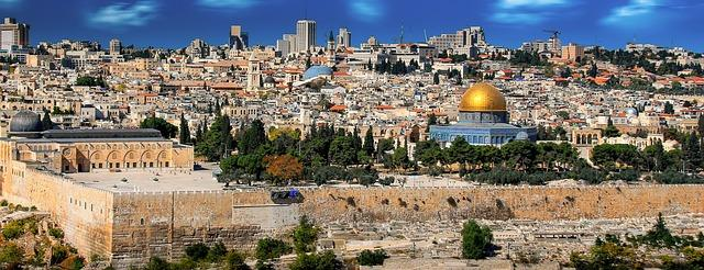 Vista de una ciudad desde lo alto de un castillo Descripción generada automáticamente con confianza media